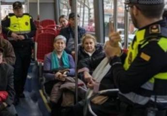 La Guàrdia Urbana de Barcelona y TMB enseñan a los jubilados a viajar seguros en bus