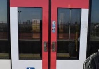 Metrovalencia señaliza sus puertas para facilitar el acceso de personas con discapacidad