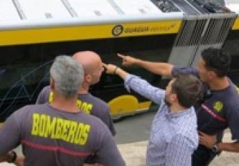 Las Palmas de Gran Canaria: Guaguas explica a los bomberos los elementos de seguridad de sus vehículos de última generación