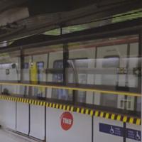 El metro de Barcelona prueba unas puertas verticales para evitar caídas a la vía