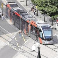 El tranvía de Zaragoza cumple diez años en una ciudad con un 30% menos de coches en el centro